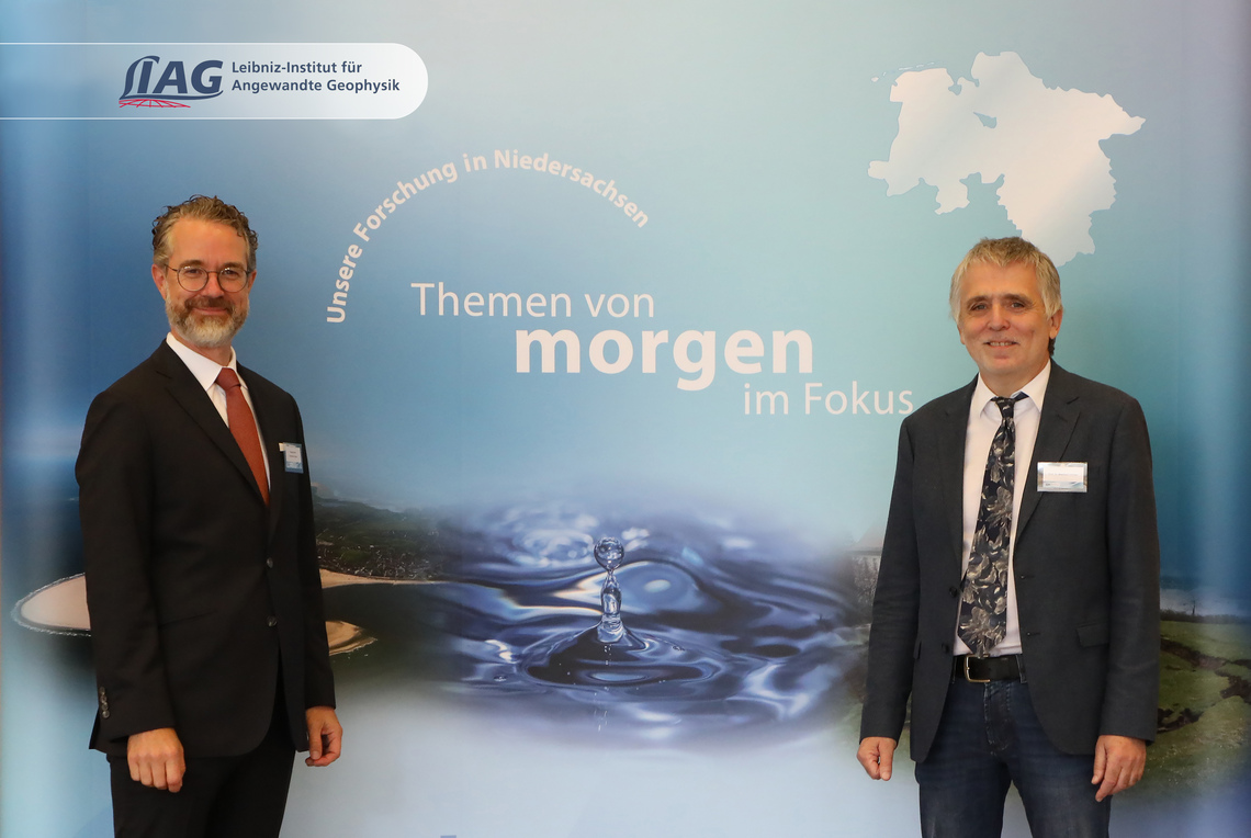 Dr. Berend Lindner, State Secretary of the Lower Saxony Ministry for Economic Affairs, Labour, Transport and Digitalisation and Prof. Dr. Manfred Frechen, Acting Director LIAG.